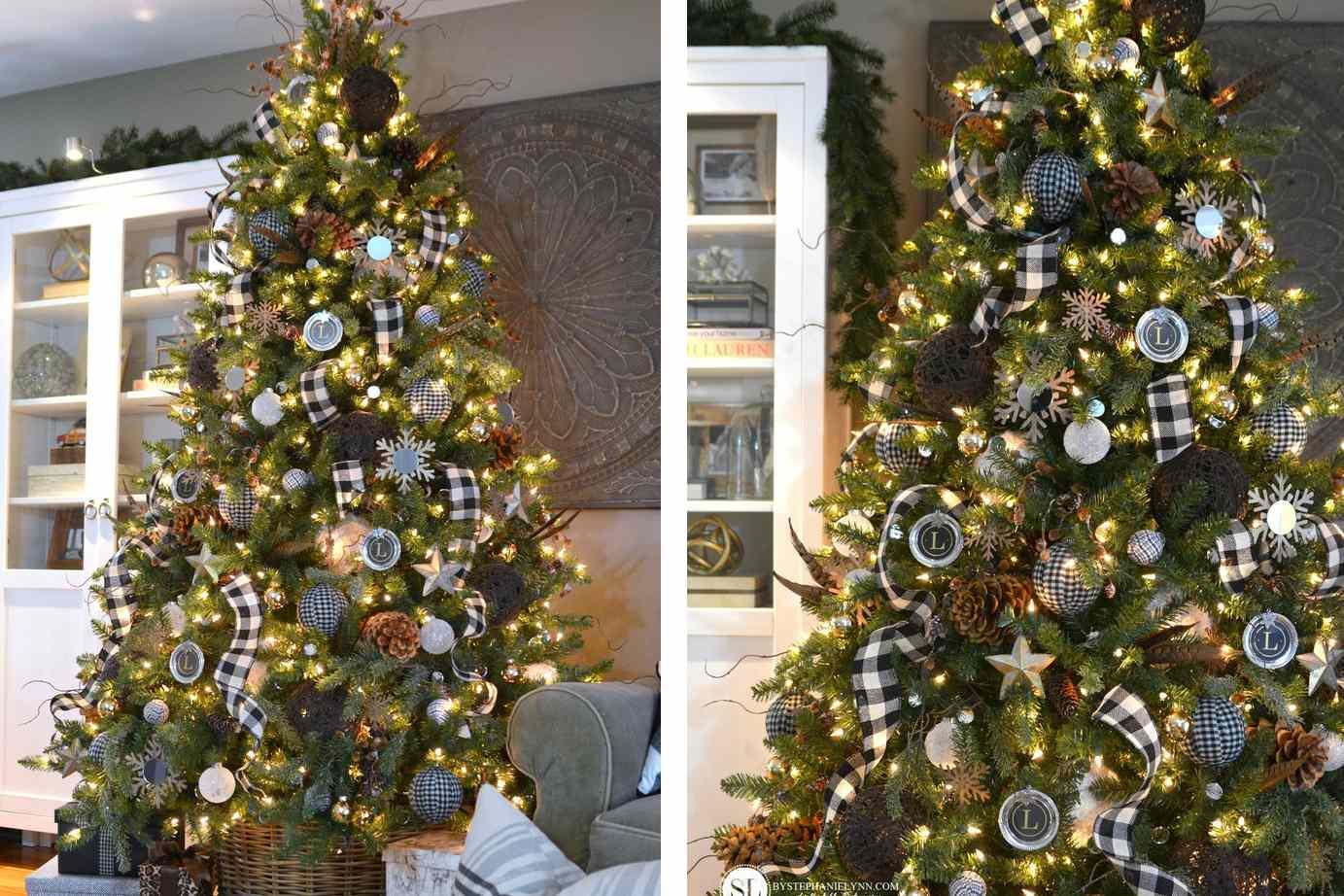 Árbol de Navidad con guirnalda de plata y adornos cerca de una ventana