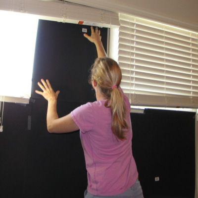 Una imagen de las ventanas ennegrecidas