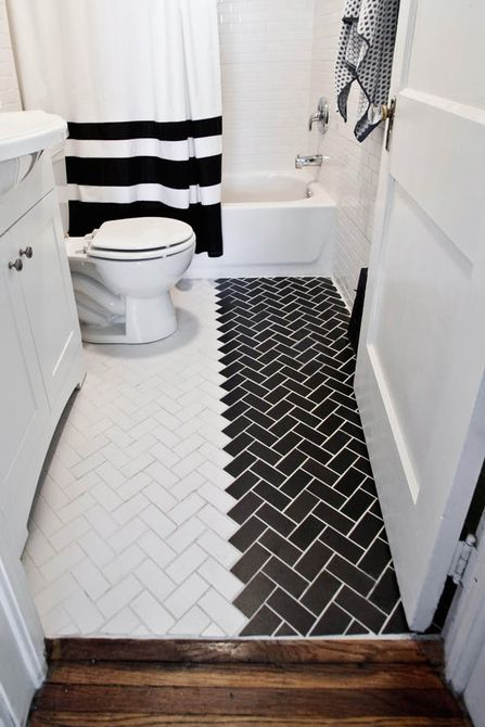 Baño con piso de baldosas en blanco y negro dividido