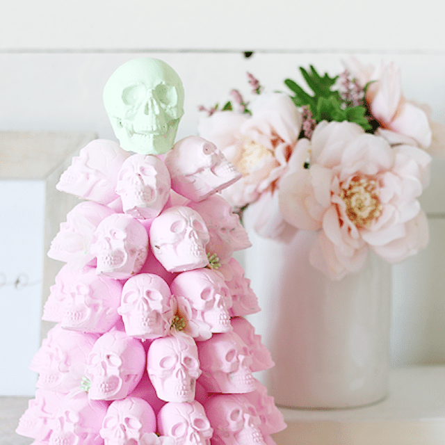 Calaveras de colores pastel en forma de árbol