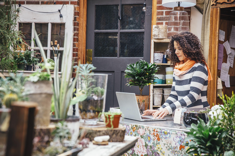 mujer con plantas en la computadora