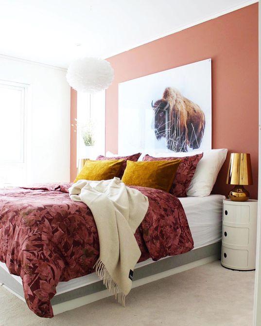 Habitación con detalles en rosa y oro