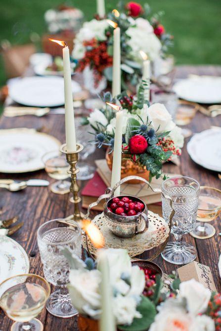 Centro de mesa para bodas de invierno rosa roja, cardo y arándano