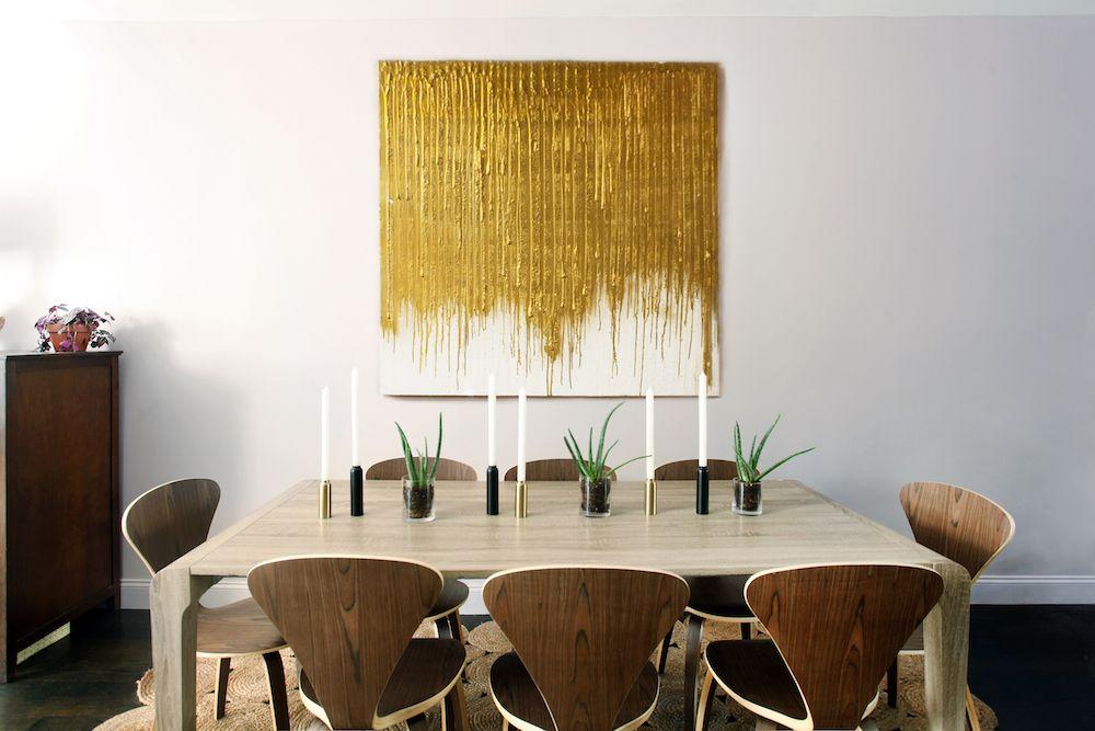 Pintura dorada en un comedor con cálidos muebles de madera