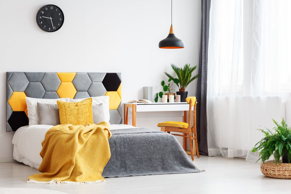 Amarillo como un toque de color en una habitación neutral