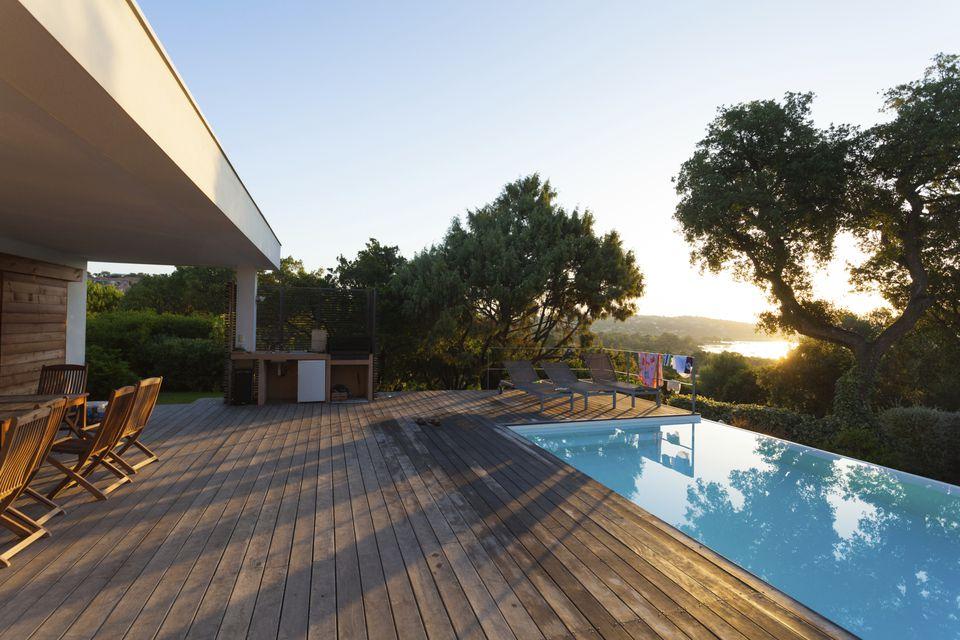 Deck de madera cerca de la piscina