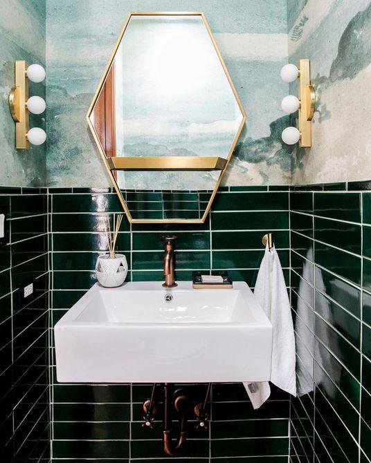 Azulejos y papel tapiz de color verde oscuro en un baño , Baño con azulejos verdes y tocador