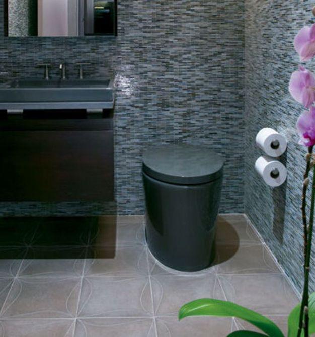 azulejo oscuro en las paredes del baño