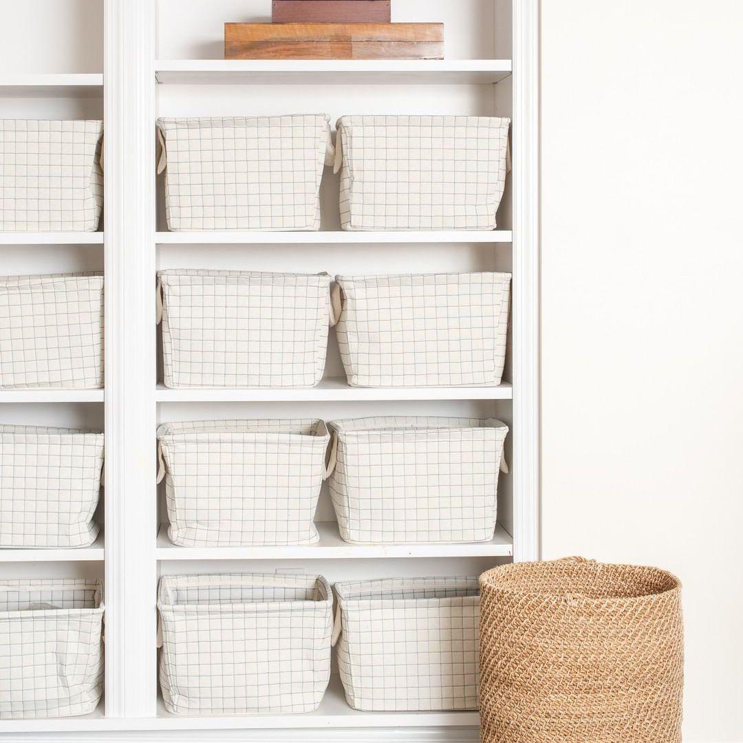 Estantes blancos con cestas