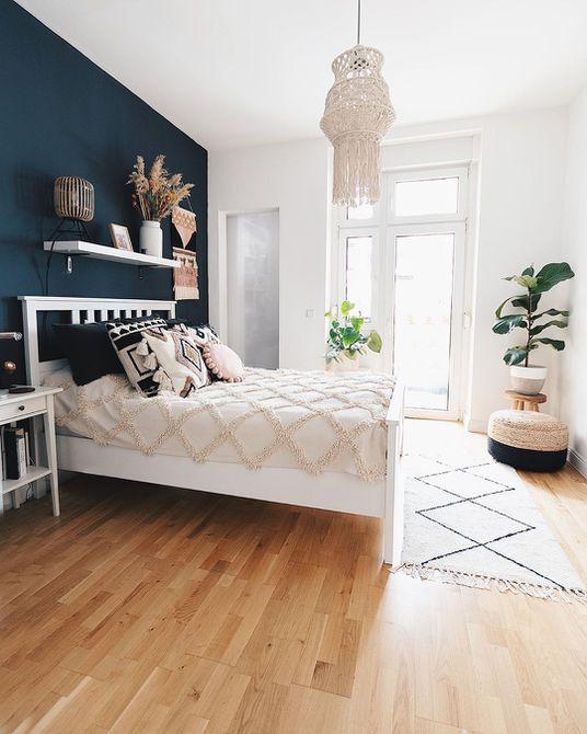 Habitación con una pared azul oscuro