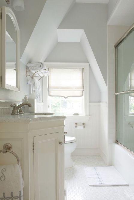 baño en el ático blanco con ducha