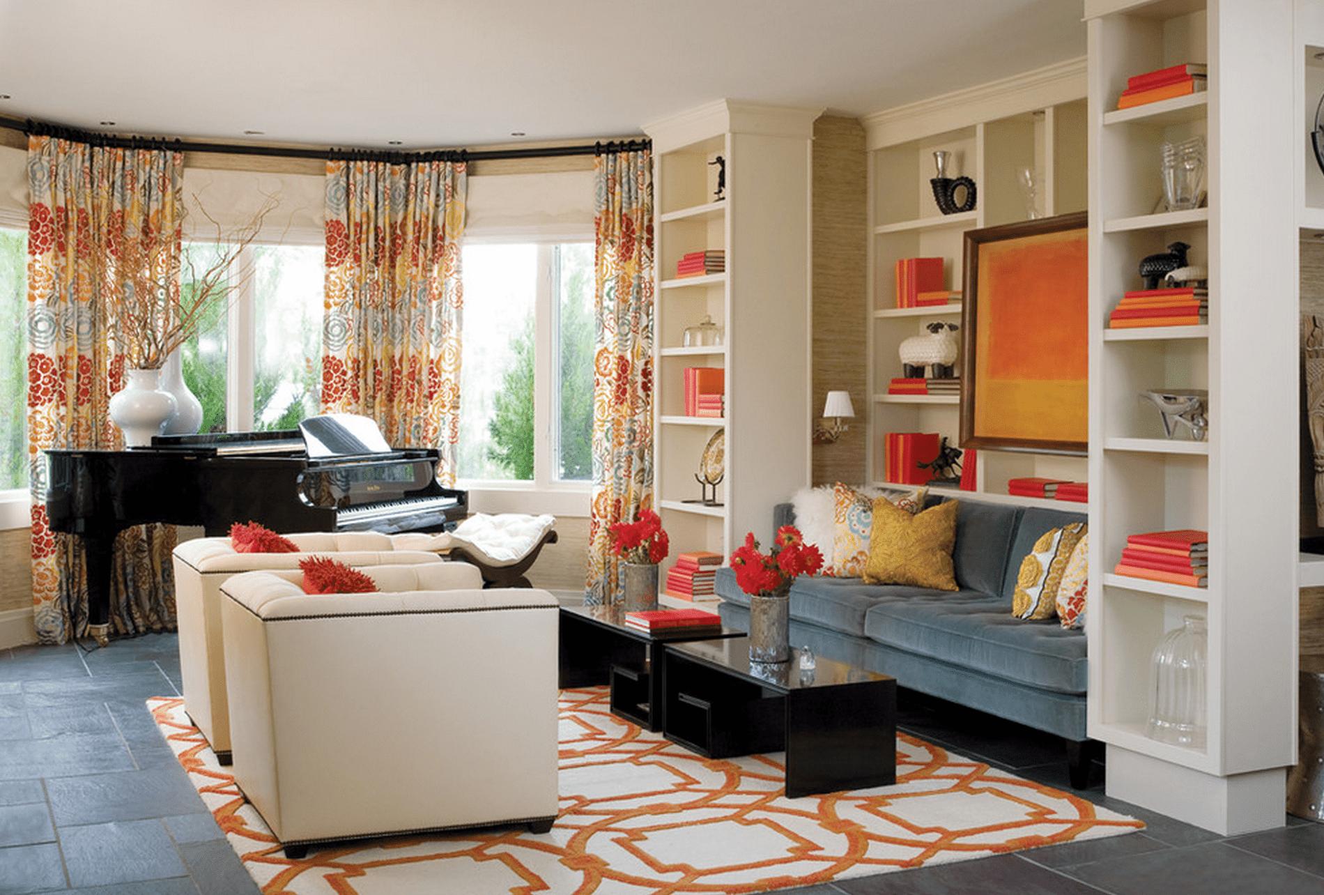 Salón con detalles en naranja y rojo